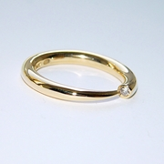 narrow tapering 18ct yellow wiggly ring