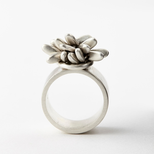 Pompom ring with loop