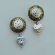Round Heart Drop Earrings Grey / White Pearls