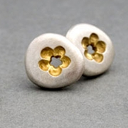 FLOWER PEBBLE STUDS