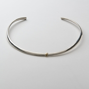 Oval section gold stripe neckpiece